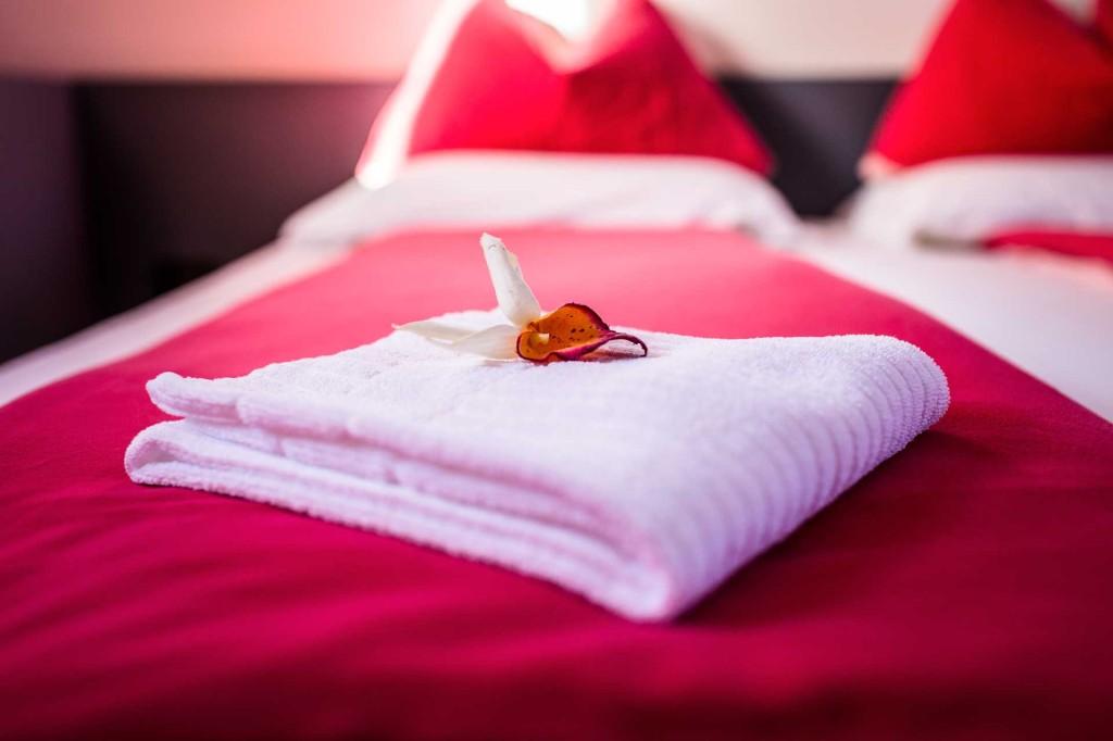 Particolari La Locanda - Petali sul letto rosso