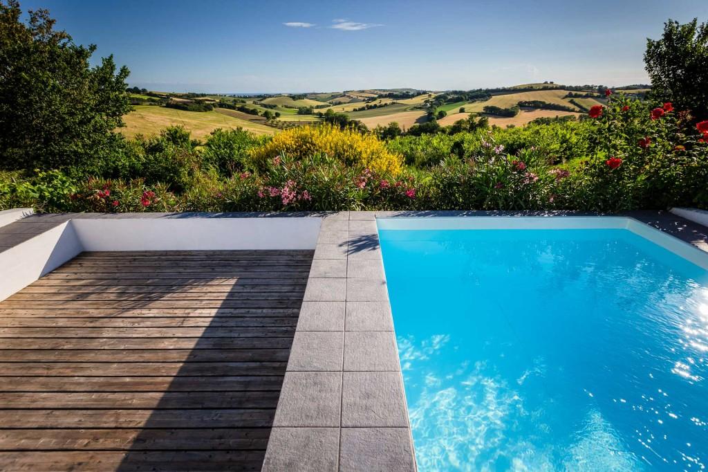 La piscina e il suo panorama fino al mare