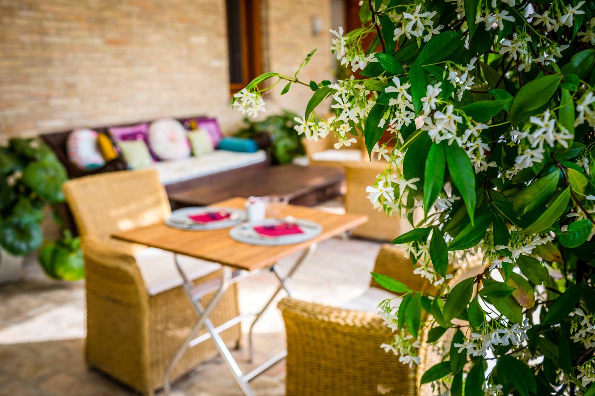 Colazione in veranda con gelsomino